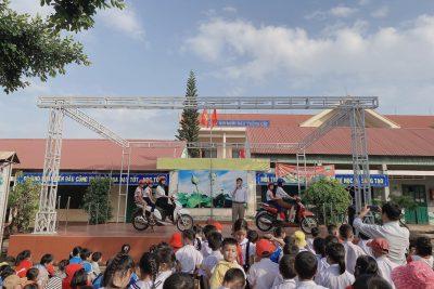 Trường Tiểu học Nguyễn Văn Trỗi trao 160 mũ bảo hiểm cho học sinh lớp 1