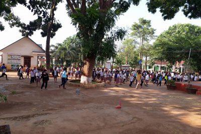 Giáo viên cùng các em học sinh tham gia lao động và trồng cây